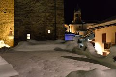 Bergby i vintern, nattsikt aostaitaly dal arkivbilder