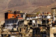 Bergby - Jharkot i Nepal, fäller ned mustanget, Himalayas, Annapurna naturvårdsområde arkivfoto
