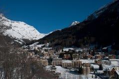 Bergby under snön royaltyfria foton