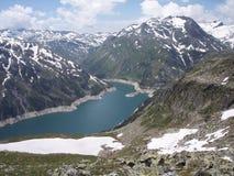 Bergbygd med den stora fördämningen från Österrike Arkivbilder