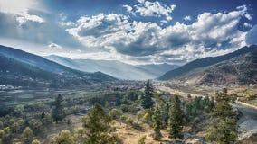 Bergbyn på en Sunny Summer dag, Bhutan Arkivbild