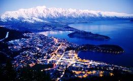 BergCityscape begrepp för destinationer för lopp för sjö härligt royaltyfri bild