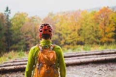 Bergcyklist som ser inspirerande skoglandskap Royaltyfria Bilder
