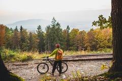Bergcyklist som ser inspirerande skoglandskap Fotografering för Bildbyråer
