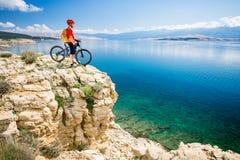 Bergcyklist som ser sikt och havet Royaltyfria Foton