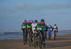 Bergcyklistdeltagande i strandloppEgmond-pir-Egmond Arkivbilder