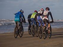 Bergcyklistdeltagande i strandloppEgmond-pir-Egmond Royaltyfri Bild