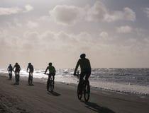 Bergcyklistdeltagande i strandloppEgmond-pir-Egmond Royaltyfria Bilder