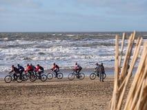 Bergcyklistdeltagande i strandloppEgmond-pir-Egmond Arkivfoto
