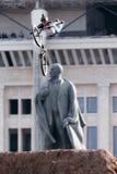 Bergcyklisten gör ett jippo främst av den Lenin monumentet Royaltyfria Bilder