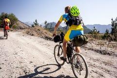 Bergcyklister reser i högländerna av Tusheti regio Royaltyfria Bilder