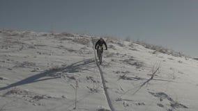 Bergcyklister som rider i den Colorado snön lager videofilmer