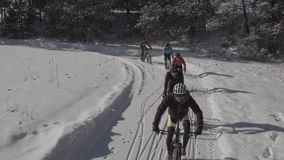 Bergcyklister som rider i den Colorado snön stock video