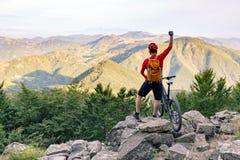 Bergcyklistframgång som ser bergsikt Fotografering för Bildbyråer
