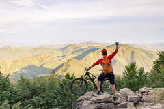 Bergcyklistframgång som ser bergsikt Royaltyfri Fotografi