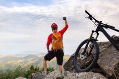 Bergcyklistframgång som ser bergsikt Arkivfoto