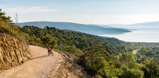 Bergcyklistridning på cykeln på panorama- inspirerande landskap Royaltyfri Bild