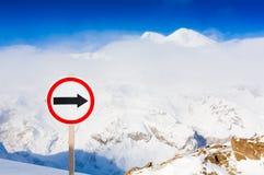 Bergdagvinter elbrus bilden för pilen 3d framförde tecknet Fotografering för Bildbyråer