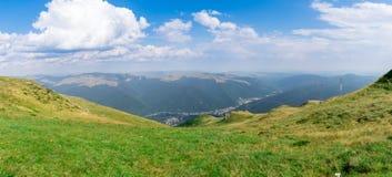 Bergdal, Bucegi panorama, Rumänien, Royaltyfri Bild