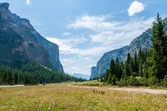 Bergdal i nordliga Italien Arkivbild