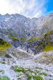 Bergdal n?ra Koenigssee, Konigsee, Berchtesgaden nationalpark, Bayern, Tyskland royaltyfri fotografi