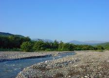 Bergdal och flod Royaltyfri Fotografi