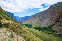 Bergdalen i sommardag fördunklar Altai arkivfoto