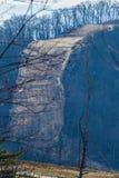 Bergdalrörledning som går över ett brant berg -2 arkivfoto