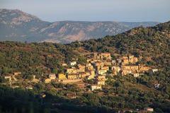 Bergdorf bei Sonnenaufgang, Corse, Frankreich Stockfotos