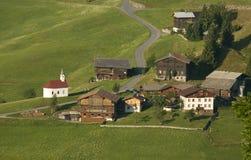 Bergdorf in den österreichischen Alpen Stockfotos