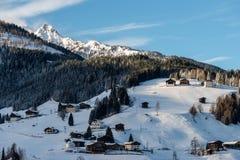 Bergdorf in den kärntnerischen Alpen stockbild