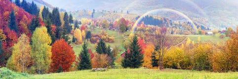 Bergdorf im Herbst Stockbilder