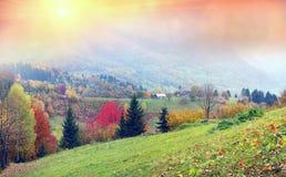 Bergdorf im Herbst Stockfotos