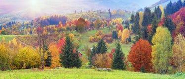 Bergdorf im Herbst Lizenzfreie Stockfotos