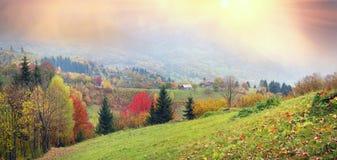 Bergdorf im Herbst Stockfotografie