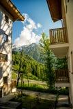 Bergdorf im Sommer Rosa Khutor, Sochi Sun-Ansicht von Lizenzfreie Stockfotografie
