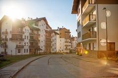 Bergdorf im Sommer Rosa Khutor, Sochi Sun-Ansicht von Stockfotos