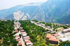 Bergdorfansicht von der Höhe Stockfoto