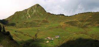 Bergdorp in de Alpen royalty-vrije stock afbeelding