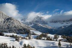 Bergdorp in de sneeuw in de winter stock foto's