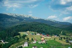 Bergdorp op een Sunny Summer-dag stock fotografie
