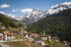 Bergdorp, Tirools gebied van noordelijk Italië Stock Afbeeldingen