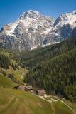 Bergdorp, Tirools gebied van noordelijk Italië Stock Foto