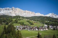 Bergdorp, Tirools gebied van noordelijk Italië Royalty-vrije Stock Foto's