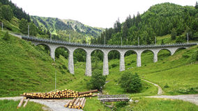 Bergdrevviadukt i de schweiziska fjällängarna Royaltyfri Foto