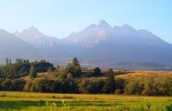 Berge über den Morgen lizenzfreies stockfoto