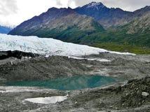 Berge über einem Gletscher hinaus Stockfoto
