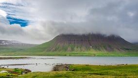 Berge über Fjord, Island Stockfotografie