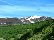 Berge abgedeckt mit Schnee lizenzfreie stockfotografie