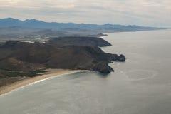 Berge auf dem Strand Stockbilder